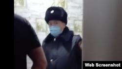 Один из полицейских на кадре из трансляции на странице Жаныл Мырзабаевой в Facebook'e.