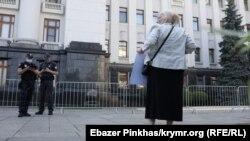Діляра Абдуллаєва вийшла з портретами своїх синів до Офісу президента в Києві
