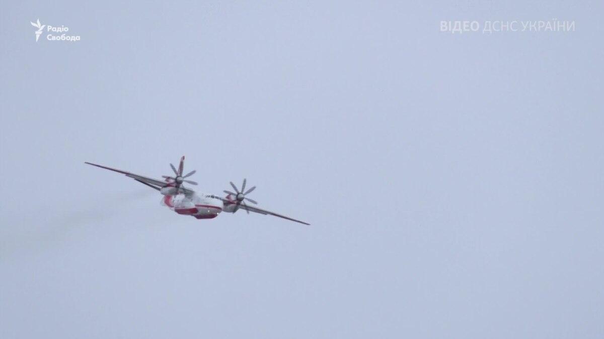 Спасатели рассказали о поисковые работы на месте падения самолета в Иране – видео