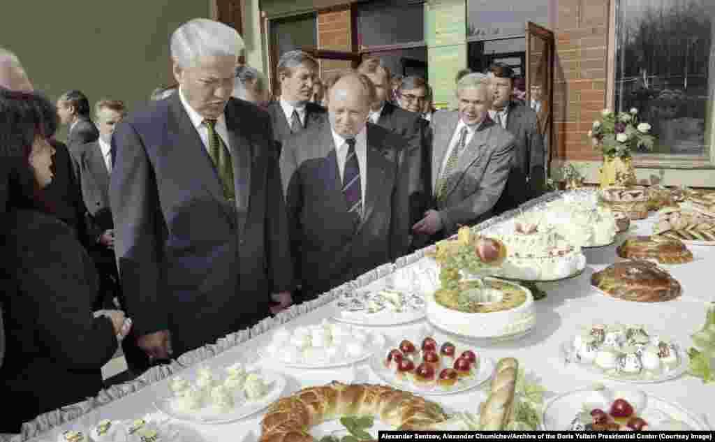 Стол, накрытый для Ельцина, во время поездки в Орловскую область в сентябре 1997 года