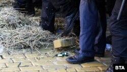 До сградата на Партийния дом беше докарана слама и полицаите бяха замеряни с нея