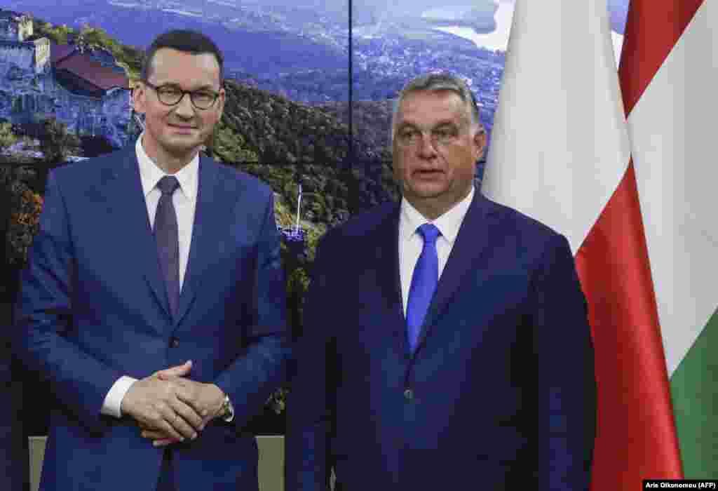 ПОЛСКА / УНГАРИЈА - Унгарскиот и полскиот премиер потпишаа заедничка декларација со која ветуваат дека ќе се поддржуваат едни со други во блокирањето на следниот буџет на Европската унија и нејзиниот огромен фонд за олеснување на пандемијата, заради предложениот механизам што го поврзува со усогласеноста со владеењето на правото. Виктор Орбан и Матеуш Моравиецки по нивниот вчерашен состанок во Будимпешта изјавија дека механизмот ризикува да ја блокира Унијата.