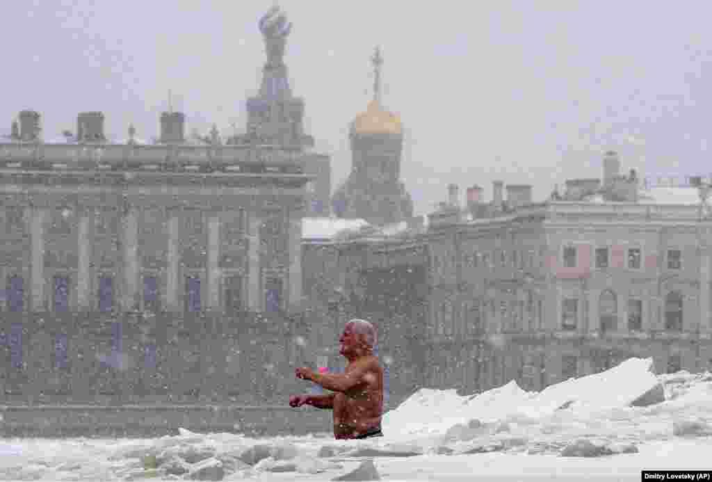 Мужчина купается в проруби в Санкт-Петербурге, Россия. Температура в Санкт-Петербурге – минус 15 по Цельсию. (AP/Дмитрий Ловецкий)