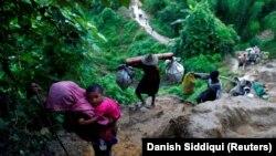 Rohingya menekültek másznak fel a hegyen, miután átkeltek Mianmarból Bangladesbe 2017. szeptember 8-án.