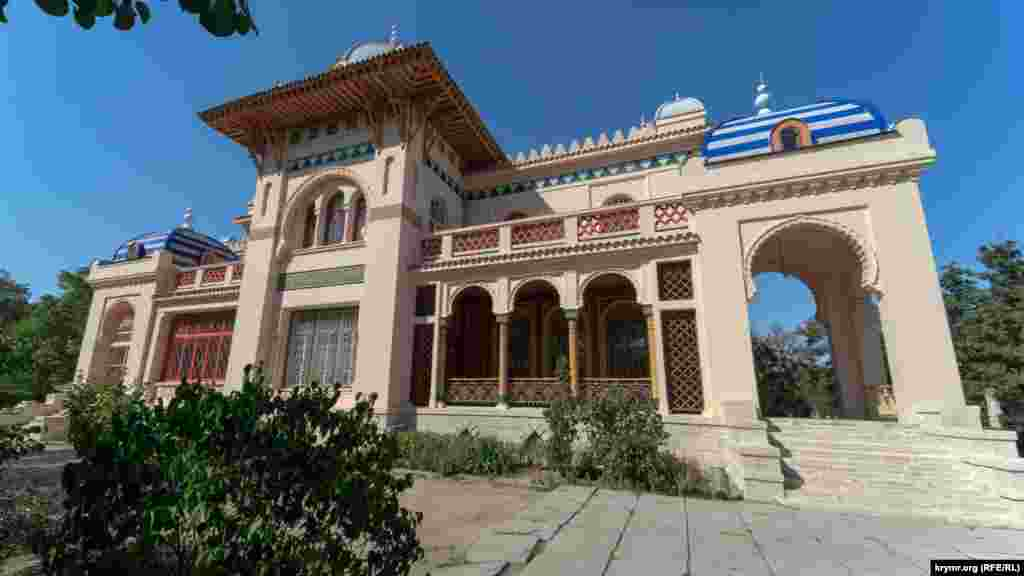 Дача Стамболи по праву считается одной из достопримечательностей современной Феодосии