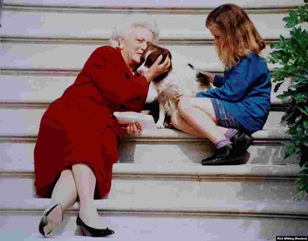 Точная дата фотографии неизвестна. Первая леди Барбара Буш вместе с любимицей семьи Милли и внучкой Барбарой ждет мужа – 41-го президента Соединенных Штатов Джорджа Буша – на ступенях Белого дома