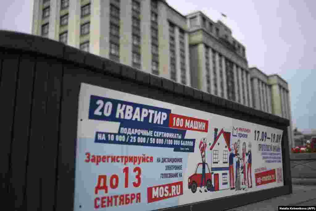 Votul pentru Duma de Stat se face pe un sistem mix: 225 de membri sunt aleși pe circumscripții (o circumscripție trimite în forul legislativ un deputat) iar ceilalți 225 sunt aleși pe liste, pe sistemul reprezentării proporționale a formațiunilor politice. În imagine, afiș anunțând alegerile, în fața Dumei de Stat. (8 septembrie 2021)