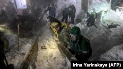Спасатели работают на месте схода лавины под Норильском