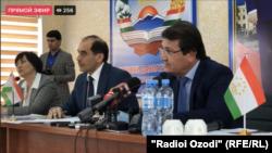 Министр здравоохранения Джамолиддин Абдуллозода отвечает на вопросы журналистов. В соцсетях люди обвинили его во лжи.