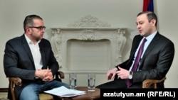 секретарь Совета безопасности Армении Армен Григорян (справа) дает интервью журналисту Радио Азатутюн Саргису Арутюняну, 16 февраля 2021 г.