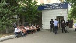 «Демпартия» өкілдері полиция ғимараты алдында аштық акциясын жалғастырды