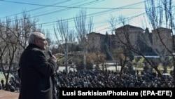 26 феврал, майдони Озодии Ереван. Вазген Манукян ба тарафдоронаш муроҷиат мекунад