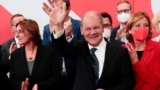 Germany - Social Democratic Party (SPD) leader and top candidate for chancellor Olaf Scholz, his wife Britta Ernst, co-leader of the Social Democratic Party (SPD) Norbert Walter-Borjans and Rhineland-Palatinate State Premier Malu Dreyer react after first