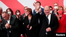 Кандидат СДПГ на пост канцлера Олаф Шольц с товарищами по партии