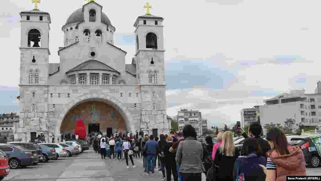 Vaskršnjoj liturgiji u Hramu Hristovog Vaskrsenja u Podgorici prisustvovao je veliki broj vjernika.