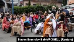 """Пациенти и медицински работници бяха евакуирани пред болница """"Sveti Duh"""" в Загреб."""