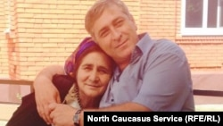 Ахметхан Плиев с матерью Любовью Плиевой