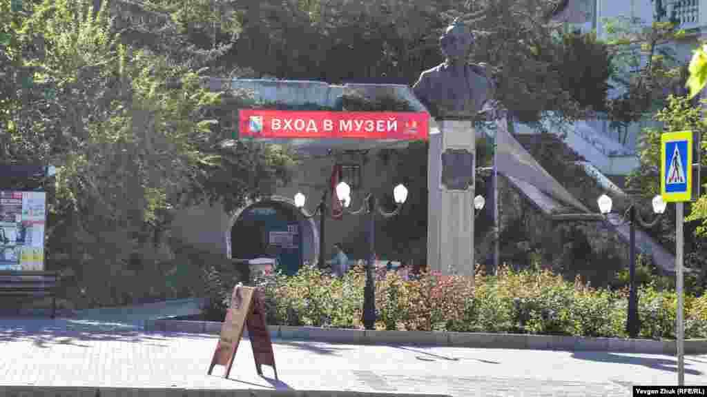 Вход в музей со стороны площади Суворова