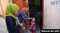 آرشیف، کارکنان صحی تطبیق واکسین در کابل