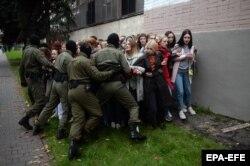 Полицейские и девушки, вышедшие на митинг в поддержку задержанной Марии Колесниковой, Минск, 8 сентября