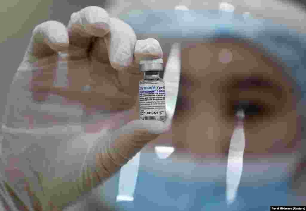 СРБИЈА - Српскиот институт Торлак од Белград денеска потпиша договор за трансфер на на технологија со рускиот фонд за директни инвестиции и руската фармацевтска компанија Генериум со кој Русија на Србија и пренесува податоци за процедури и технологии неопходни за производство на вакцина Спутник V, соопшти денеска министерот Ненад Поповиќ.
