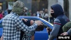 Polițiști îmbrăcați în civil, reținând participanți la demonstrația de la Minsk, 20 septembrie 2020
