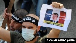 A libanoni radikális iszlamista Tahrir párt tagja tüntet a francia elnök ellen Libanon fővárosában, Bejrútban, 2020. október 30-án.