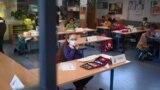 Gyermekek maszkban a tanórán a nyugat-németországi Dortmundban, a Petri általános iskolában, 2021. február 22-én