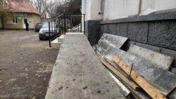 Пандус у входа в поликлинику, ведущий в забор