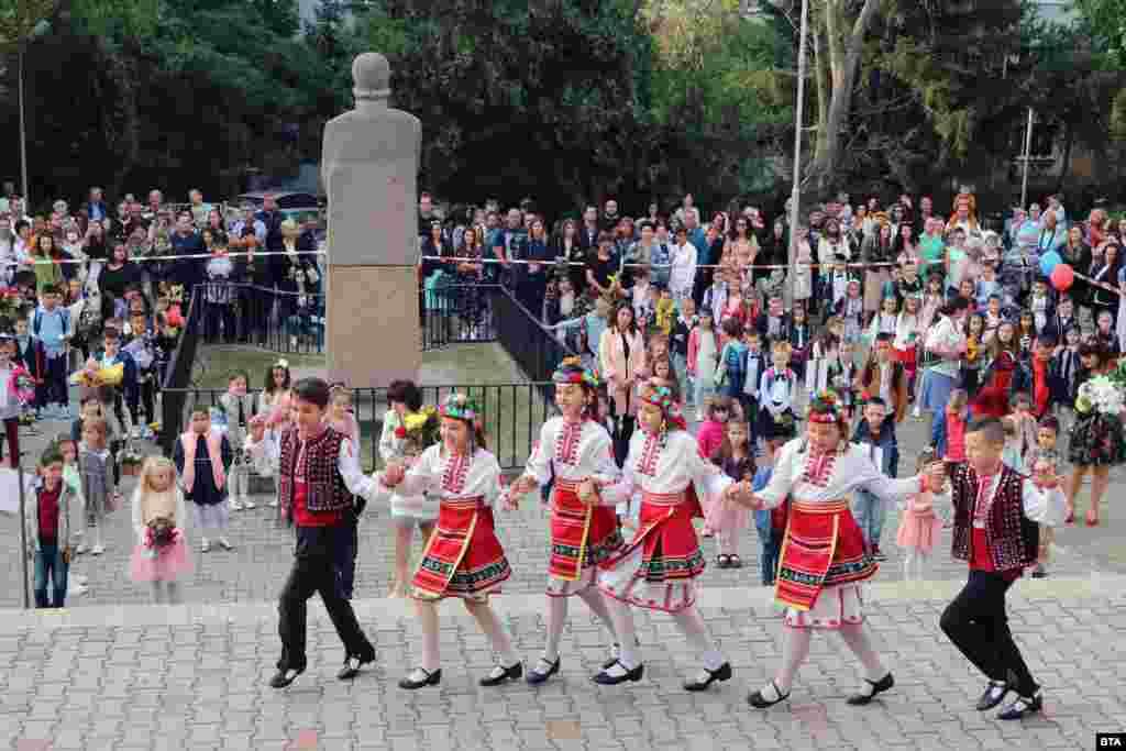 20 813 са всички ученици в област Велико Търново. Учебната година в града започна с носии и фолклорни изпълнения.