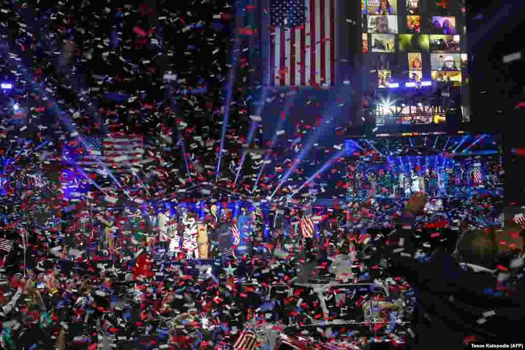 Новоизбраниот претседател на САД Џо Бајден со неговата сопруга Џил Бајден и членовите на нивното семејство ја поздравуваат толпата н во Вилмингтон, Делавер, на 7 ноември 2020 година.