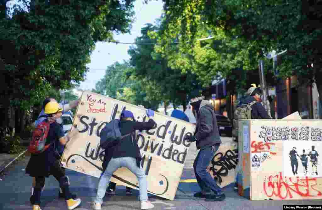 Протестувальники починають будувати барикади, щоб захистити невелику територію біля Східного відділку Департаменту поліції Сієтлу, штат Вашингтон, США