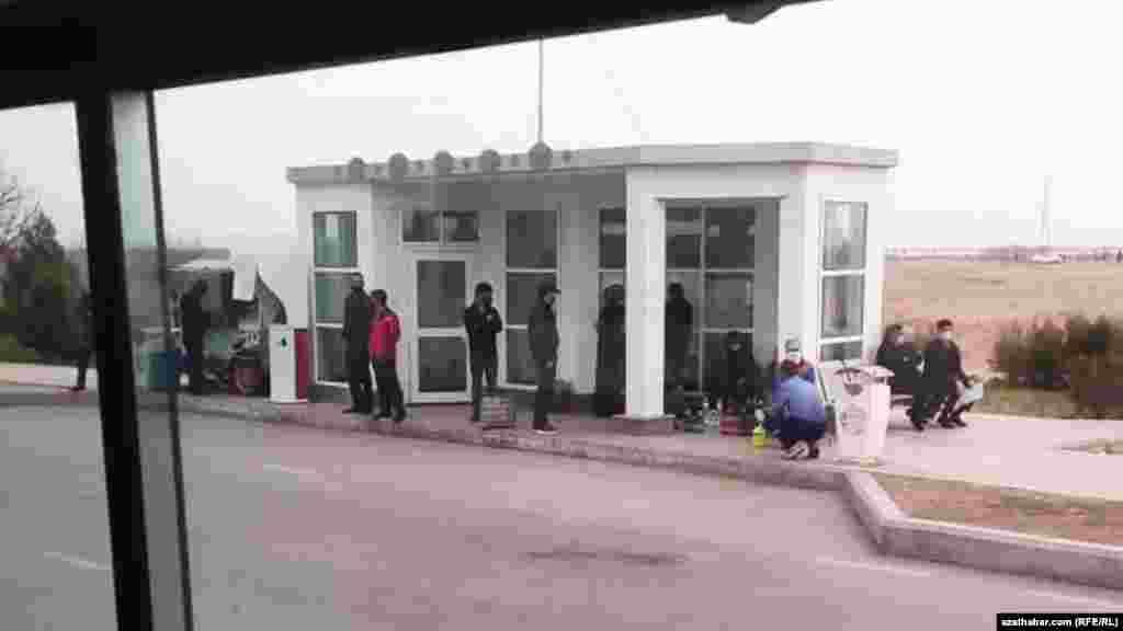 Люди в масках на автобусной остановке. Март 2021 г.