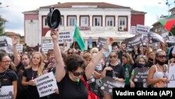 Бугарија - Красимира Николова држи тенџере и лажица додека присуствуваше на протест на работниците во рестораните во Велико Трново на 2 септември 2021 година. Само 20% од бугарското население од 7 милиони жители досега се целосно вакцинирани, што е најнизок прцент во ЕУ.