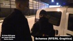 Після цього журналісти знову пішли до автівки поліціянтів, щоб показати відзняте