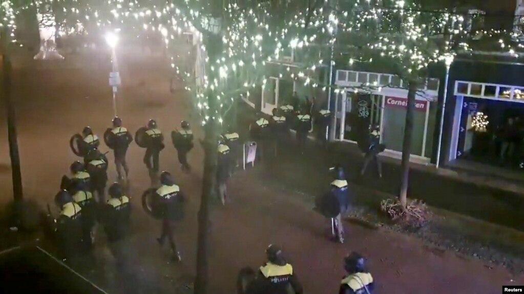 بازداشت بیش از ۱۸۰ نفر در هلند در سومین شب اعتراضات به منع آمدوشد شبانه