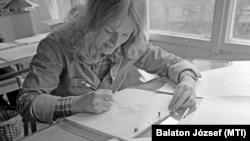 A 13 részes Mézga család filmjének munkálatain dolgozik egy rajzoló a Pannónia Filmstúdióban, 1977. november 25-én