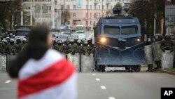 Belarusda howpsuzlyk güýçleriniň öňünde duran bir protestçi