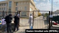 У въезда в новую больницу в Оше. Иллюстративное фото.