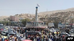 "Флаг ""Талибана"" поднят над городом Пули-Хумри, административном центре провинции Баглан. 11 августа 2021 года"