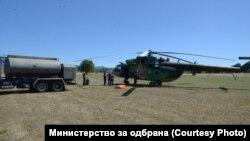Хеликоптерите полнат гориво од импровизиран хелиодром во близина на пожарите