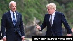 جو بایدن، رئیس جمهور امریکا (چپ) و بوریس جانسون، صدراعظم بریتانیا