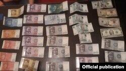 Изъятые в качестве вещественных доказательств купюры, фото ГУВД Бишкека.