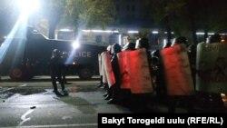 Милиция, разгоняющая митингующих в ночь с 5 на 6 октября 2020 года.