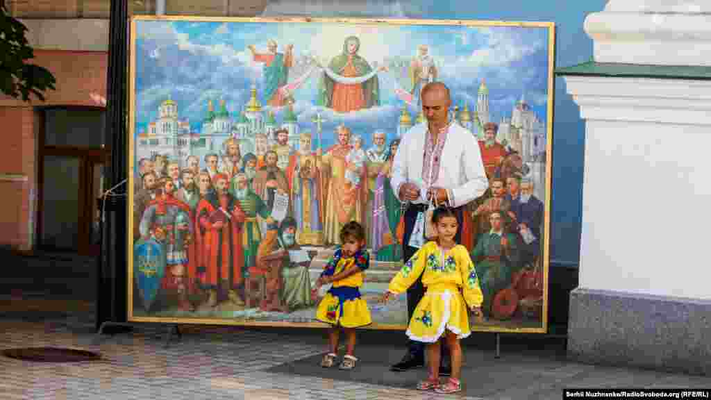 Віряни перед урочистими заходами у кафедральному Свято-Михайлівському Золотоверхому соборі