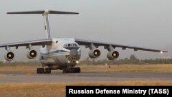 Ҳавопаймои Ил-76МД, ки шаҳрвандони Тоҷикистонро аз Афғонистон берун овард