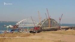 В Керчь прибыла вторая плавучая платформа для доставки в фарватер арок моста (видео)