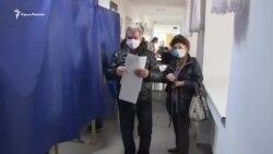 «Нам не безразлична судьба Украины». Переселенец из Крыма голосует на выборах в Херсоне (видео)