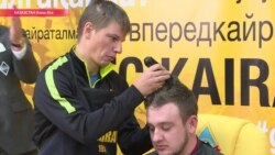 Футболист Аршавин бреет голову проигравшему блогеру из Казахстана