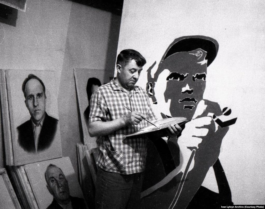 Іван Литвин за роботою у Кам'янській художній районній майстерні